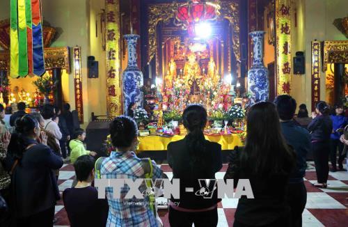 Hà Nội: Người dân tấp nập đi lễ chùa ngày Rằm tháng Giêng